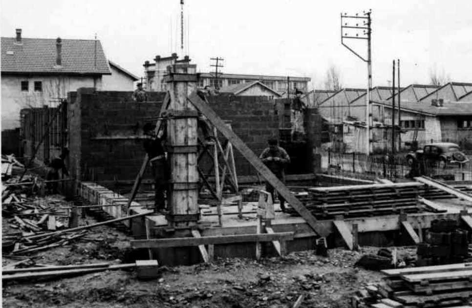 Construction en 1964 ( la citroen traction avant présente -modèle coffre à roue- est antérieure à Juillet 1952)