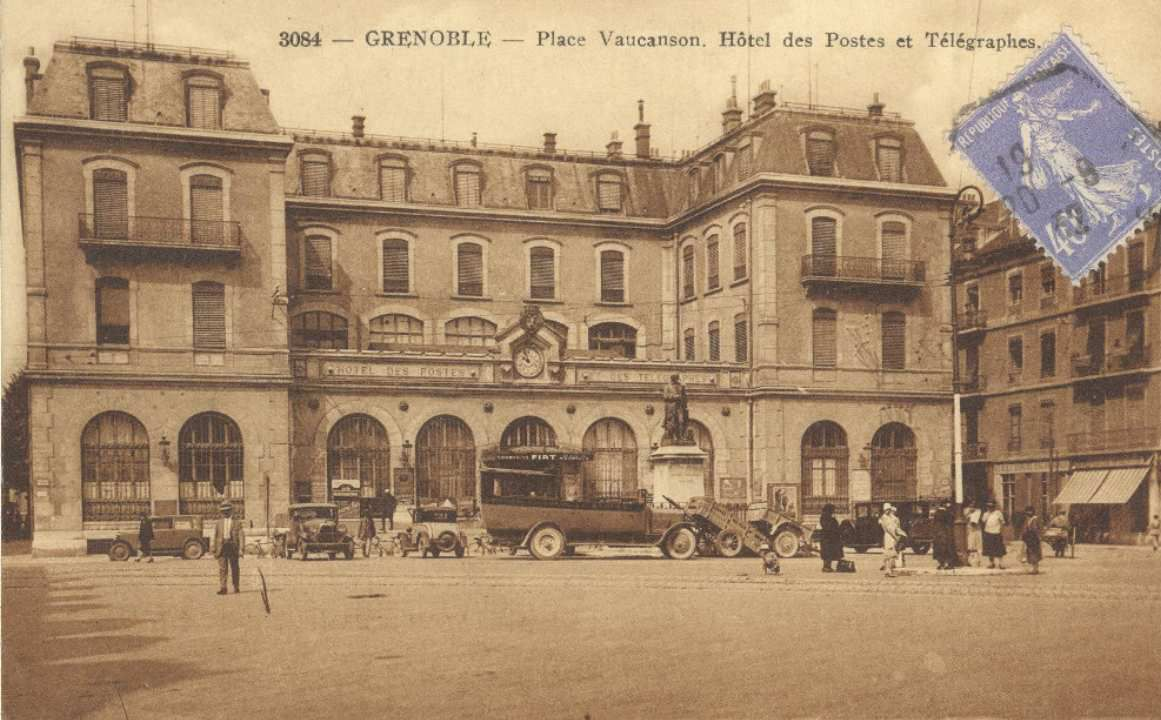 Hotel de la poste sur la place Vaucanson ( rasé en 1967)
