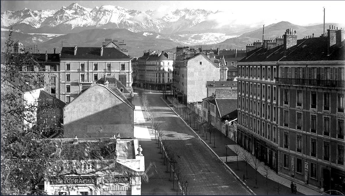 Vue sur avenue Alsace-Lorraine depuis le carrefour avec le cours Jean Jaurès en direction de la place Victor Hugo