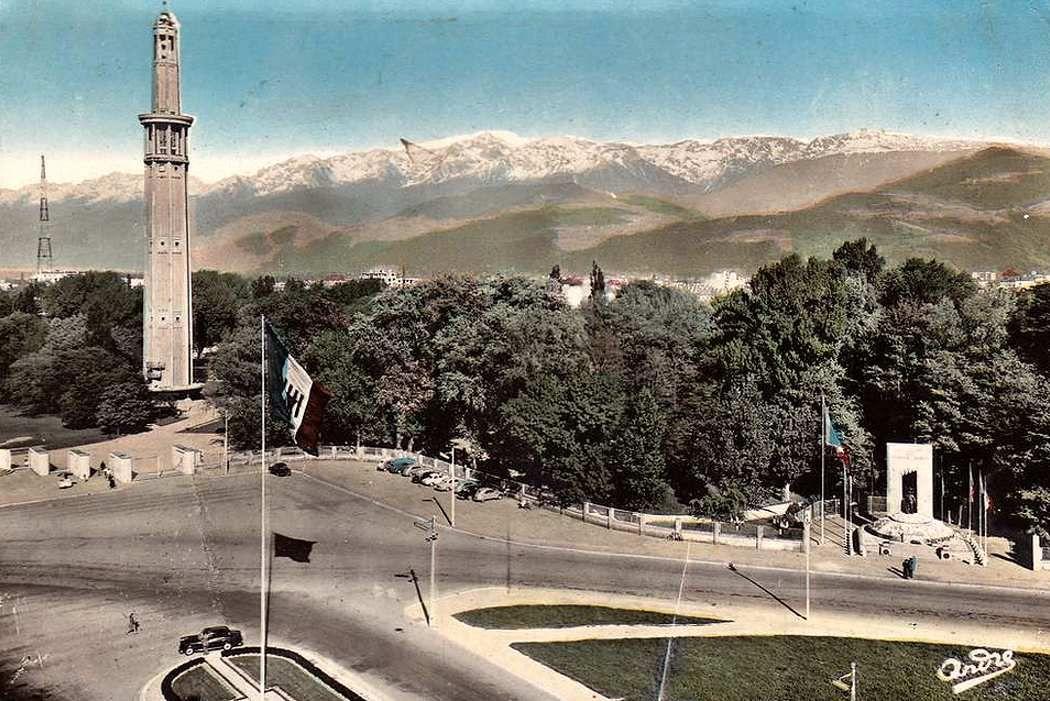 La tour Perret, dernier vestige de l'exposition de 1925. A droite, le monument souvenir des Diables Bleus