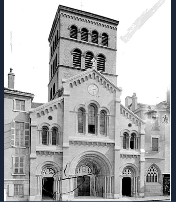 Cathédrale notre-Dame . Le placage installé sur la façade au XIXème siècle a été enlevé dans les années 90 . Elle a ainsi retrouvé sa façade d'orifgine