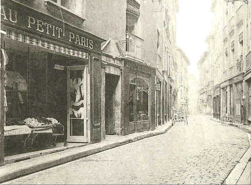 Rue Jean Jacques Rousseau entre Place St Claire et Grande Rue