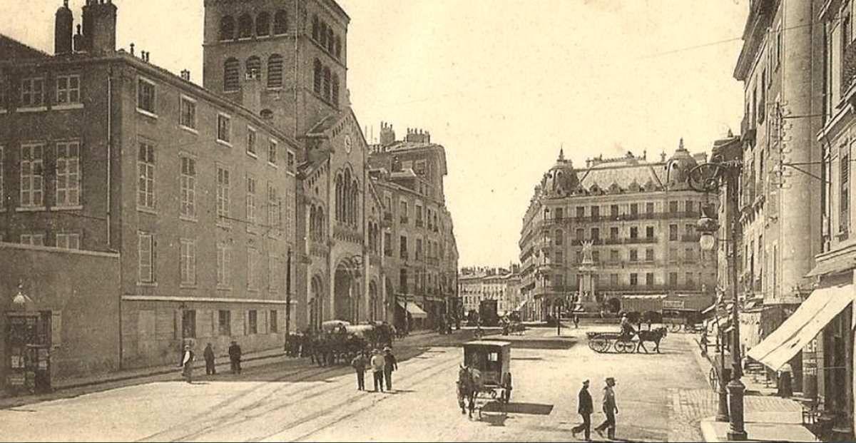 Place Notre-Dame .- avec les batiments construits début XXème siècle