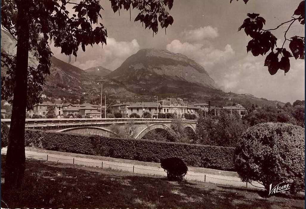 Bord de l'Isère dans quartier Ile verte debut XXème siècle - vue sur le pont entre l'Ile verte et la Tronche
