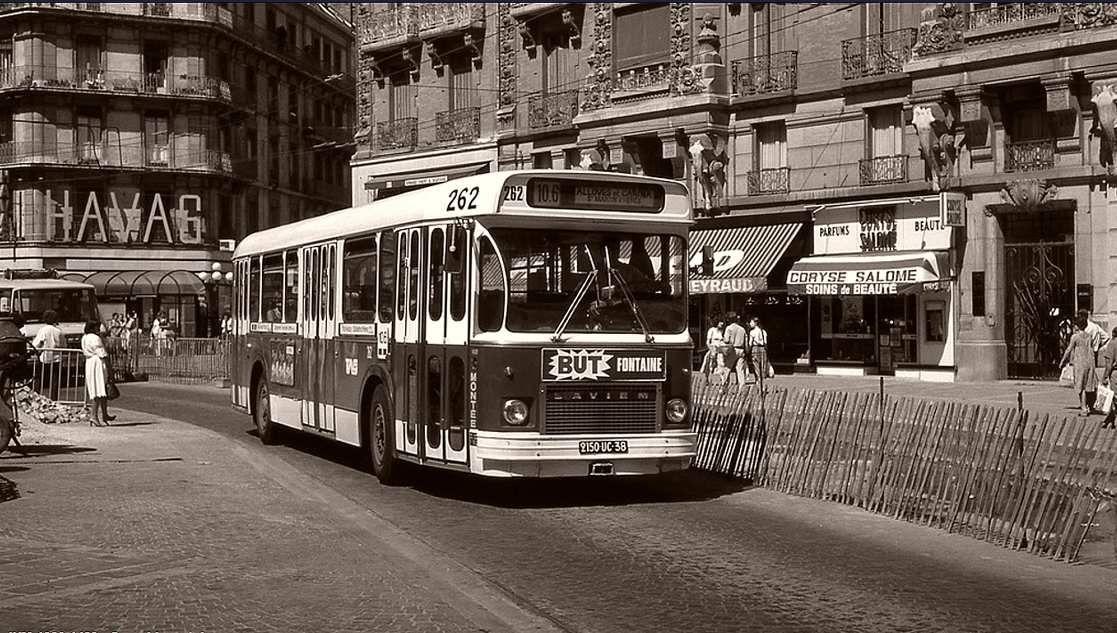 Bus lignes regroupées 10 et 6 (Quartier Mistral - Centre Grenoble - St Martin d'Hères) dans la rue Felix Poulat