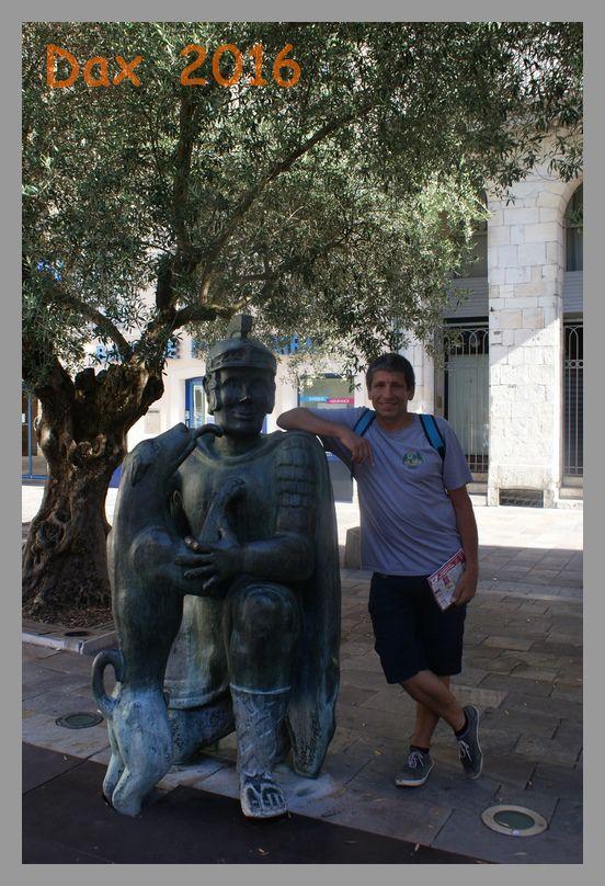 Didier avec le légionnaire romain et son chien miraculeusement guéri de ses rhumatismes grâce à la boue thermale de Dax