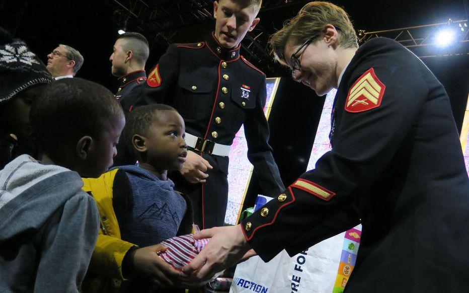Sevran (Seine-Saint-Denis), le 19 décembre. Des soldats américains distribuent des cadeaux aux enfants du quartier populaire des Beaudottes. LP/T.P.