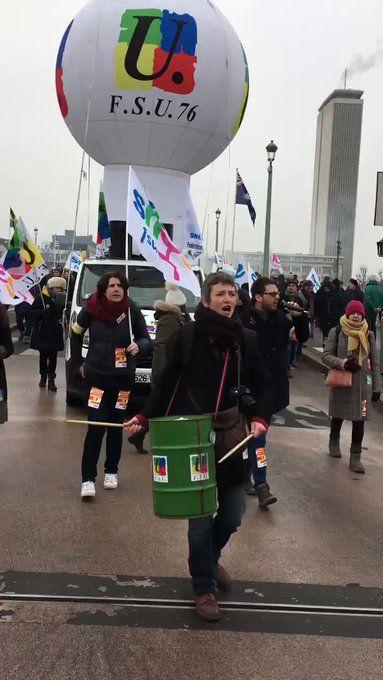Images de Rouen - Les policiers bloquent la rue Jeanne d'Arc - Banderole de tête - L'entrée de l'inspection académique de #Rouen bloquée ce matin