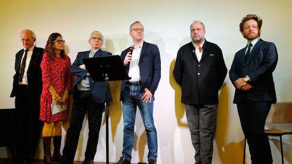 De gauche à droite : Le père d'Assange, John Shipton, une traductrice, l'avocat espagnol Baltasar Garzon, le secrétaire général de RSF Christophe Deloire, Eric Dupond-Moretti et Antoine Vey lors d'une conférence de presse pour défendre Assange à Paris, le 20 février 2020.