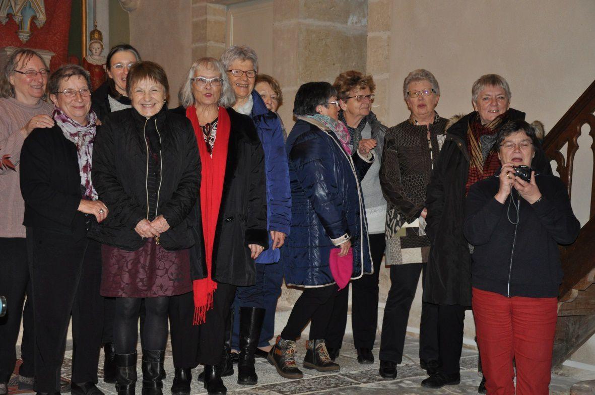 Les inévitables paparazzi face aux brodeuses et couturières. Photos fournies par Mado, Marie-Jeanne et Catherine.