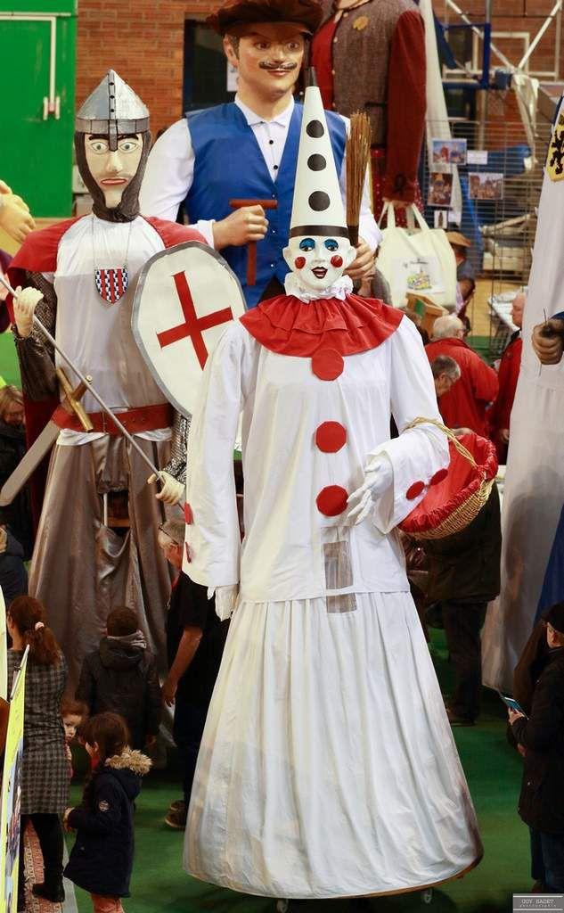 Bimberlot de Le Quesnoy La légende raconte qu'au début du XVème siècle, Marie de Bourgogne avait chargé un certain Pierre Host de la distribution de berlingots et de bonbons aux enfants du village. Mais le vin de la fête lui fit oublier sa mission...L'ivrogne fut puni et promené à travers la ville, vêtu de blanc comme un Gille. Chaque année, Pierrot Bimberlot, le géant d'osier habillé en pierrot revit son calvaire ... mais n'oublie plus de distribuer ses friandises.