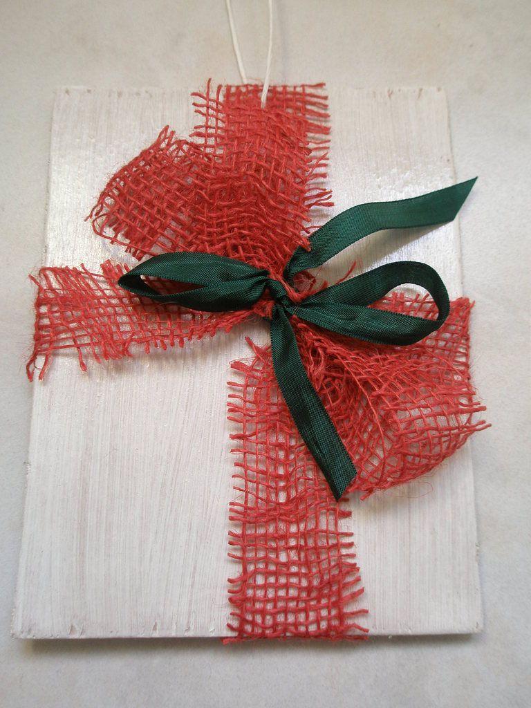 Des cadeaux factices, à poser à plat ou à suspendre à la porte d'entrée (bois peint, vernis, toile de jute, tissu écossais, rubans et dentelle)
