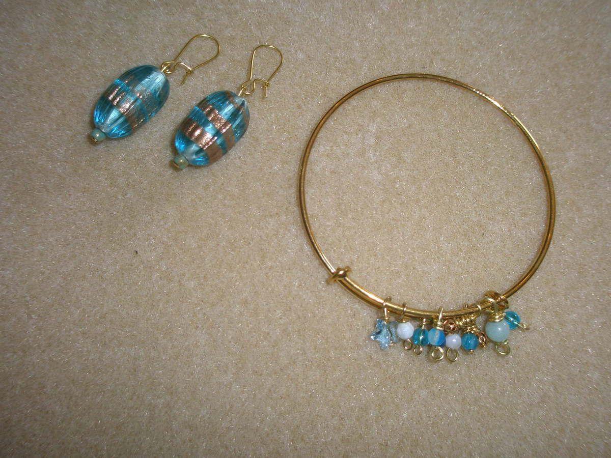 """Parure """"Mers du sud"""", perles de verre façon """"Murano"""" et semi-précieuses sur jonc doré."""