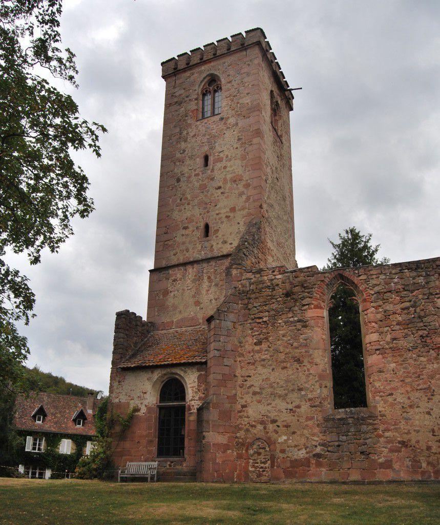 Le clocher a été construit en 1490. Cette date est gravée au dessus de la porte en chiffres romains et arabes