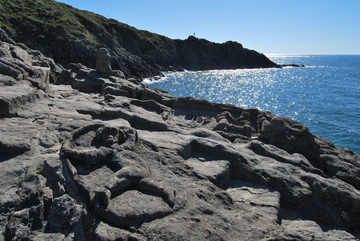 La côte d'Emeraude baigne dans le scintillement des diamants signalés par le calvaire Notre-Dame-Des-Flots