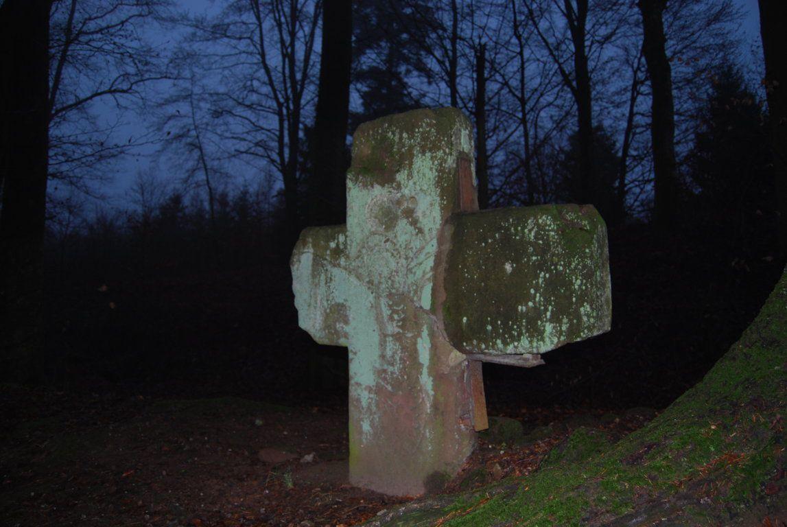 Une très ancienne croix de pierre