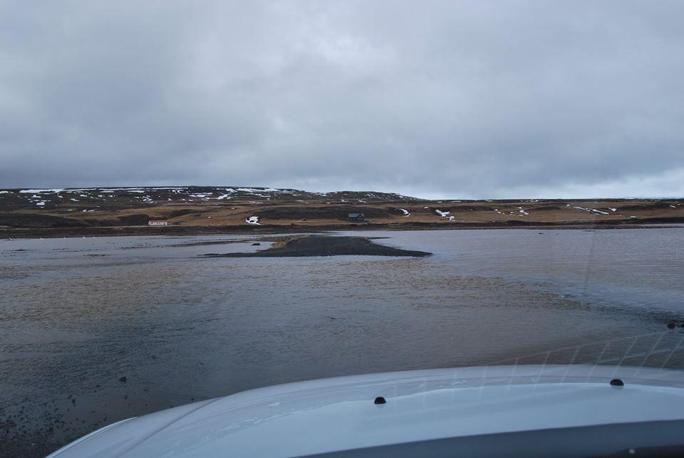 La piste est noyée par les cours d'eau