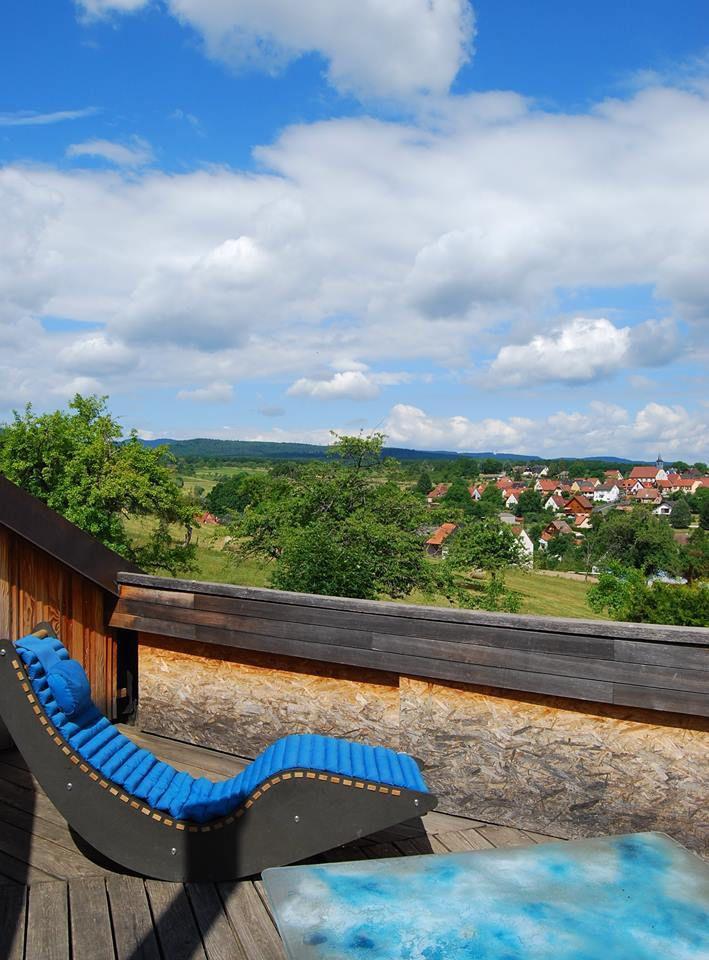 Sur la terrasse, on jouit d'une belle vue sur Cosswiller