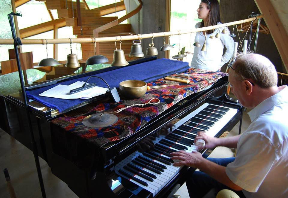 Le pianiste s'installe pour un interlude musical