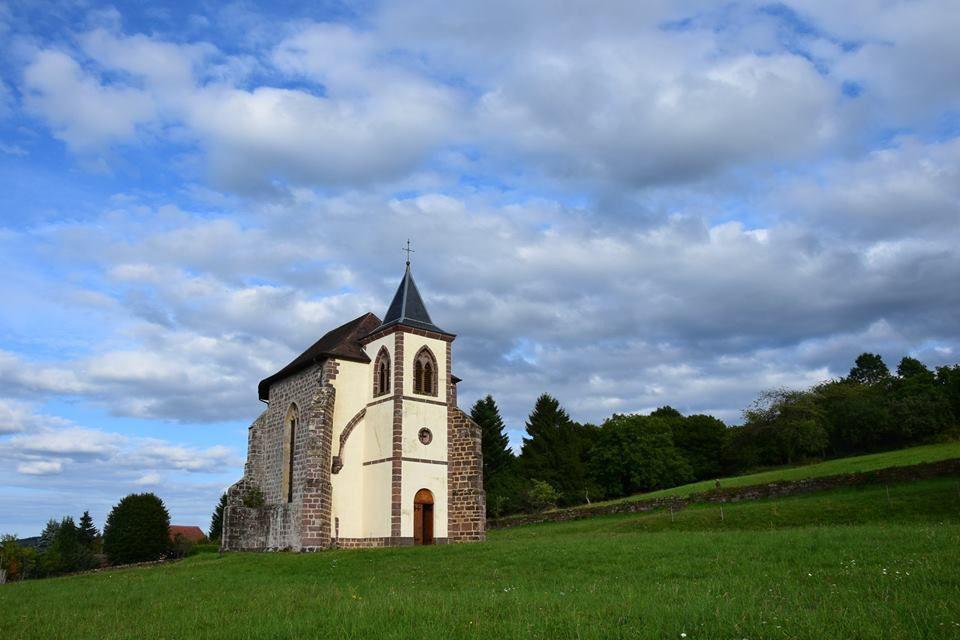 La puissante abbaye de St-Sauveur a une histoire agitée. Ses murailles ne suffisent plus qu'à en faire une chapelle
