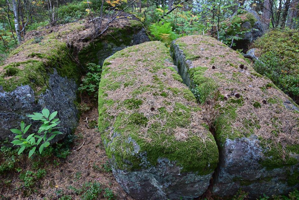 La crête est jonchée de rochers