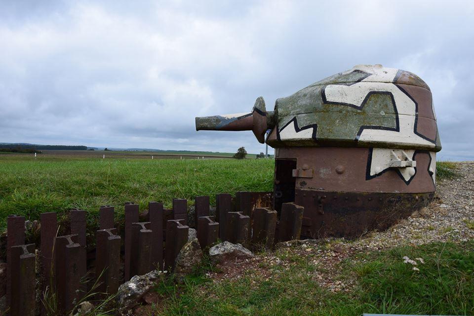Les chars d'assaut obsolètes français sont détourellés. L'armement sert pour la défense rapprochée des ouvrages