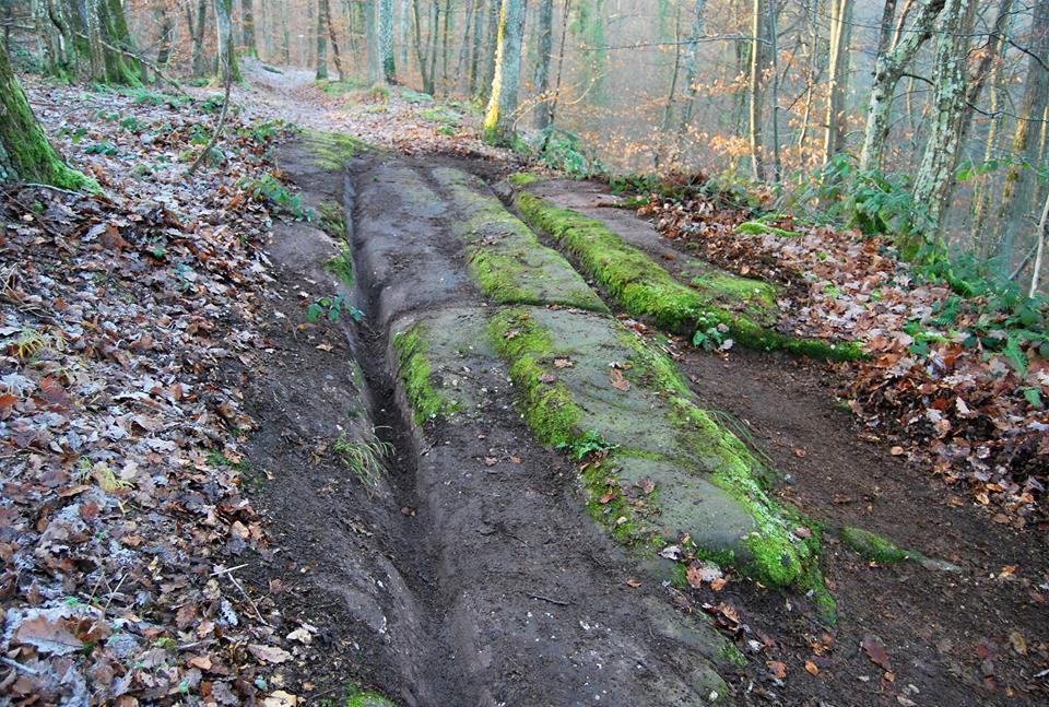 Une ancienne voie romaine. Celle-ci fût vite abandonnée au profit de la route en parallèle plus large, mieux adaptée au trafic important de la fin du Moyen-âge