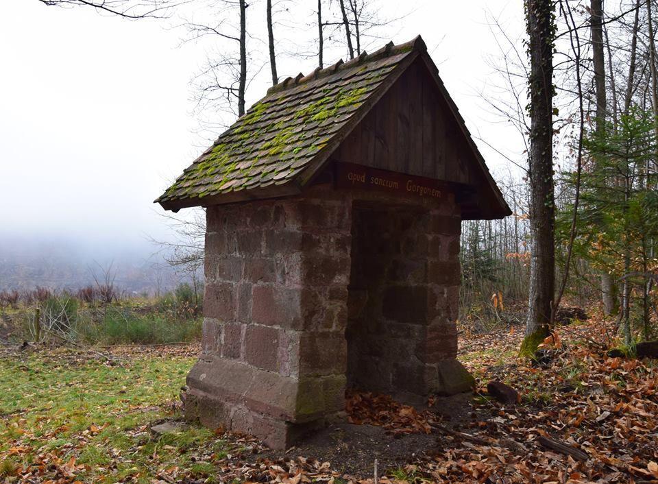 Un petit oratoire près de la ruine du prieuré de St Gorgon