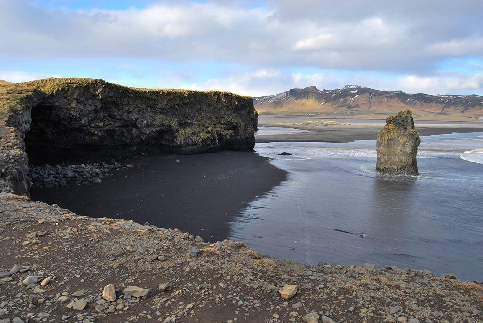 La grotte et le pic d'Arnadrangur