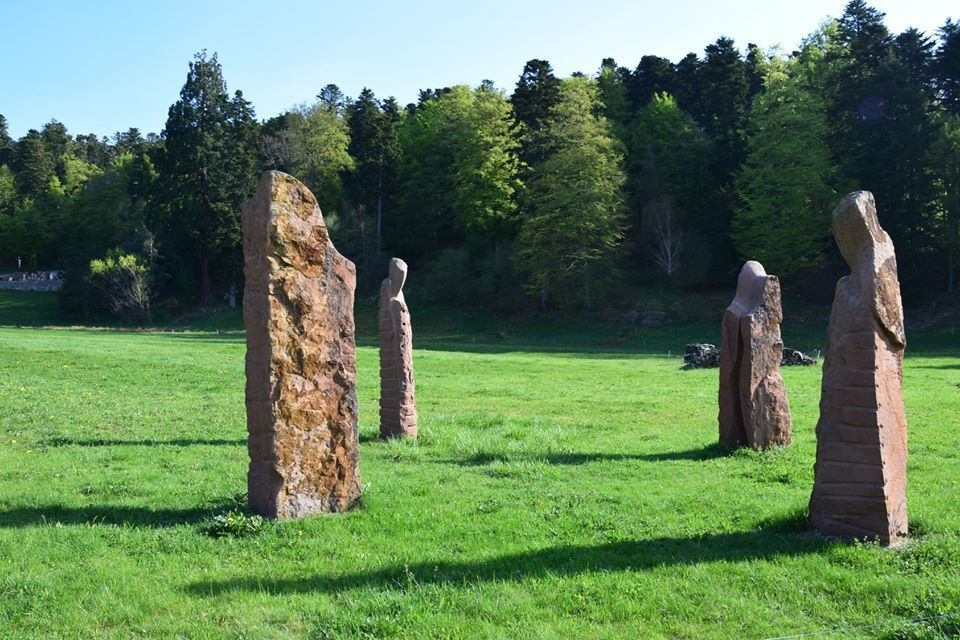 Des sculptures de grès en plein milieu d'un pré au Hohwald