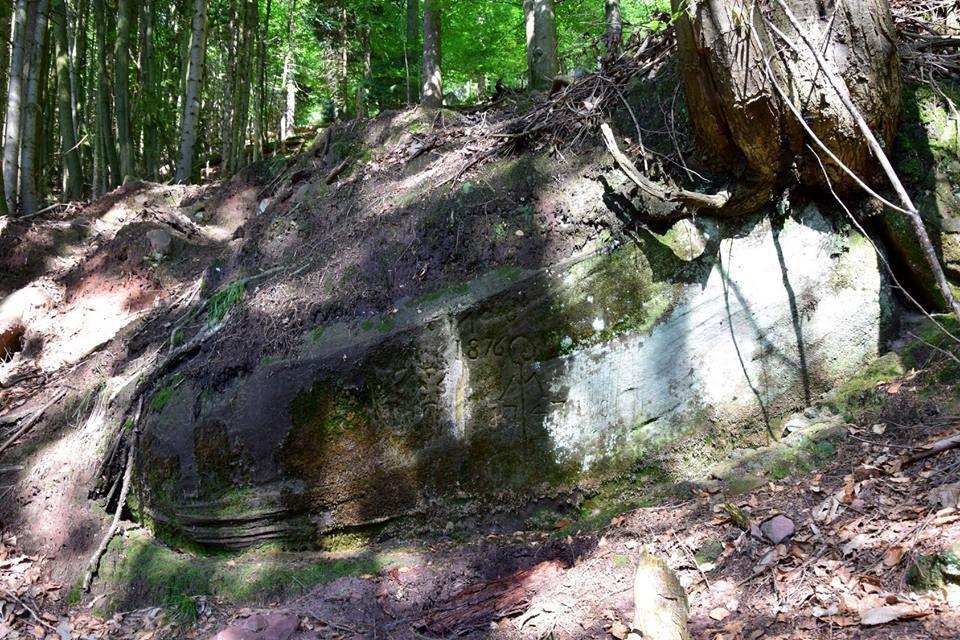 Un rocher-borne sur une ligne de coupe avec les deux blasons