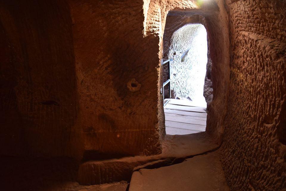 Une salle creusée dans la roche