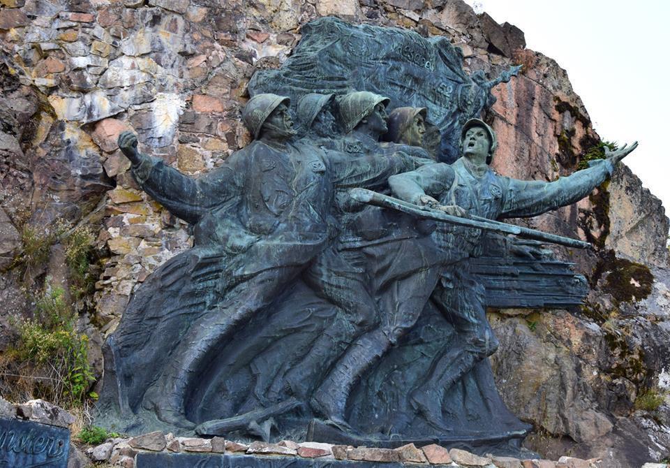 En mémoire du 152ème Bataillon d'infanterie, Victor Antoine, ancien poilu réalise une sculpture monumentale fixée à la roche. Le monument sera dynamité par la Wehrmacht  durant la seconde guerre mondiale puis reconstruit, toujours par Victor Antoine en 1952 à l'identique