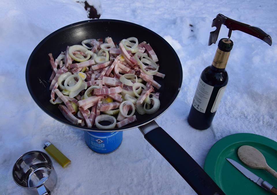 Pour une tartiflette : épluchez 2 beaux oignons, coupez grossièrement du lard ...