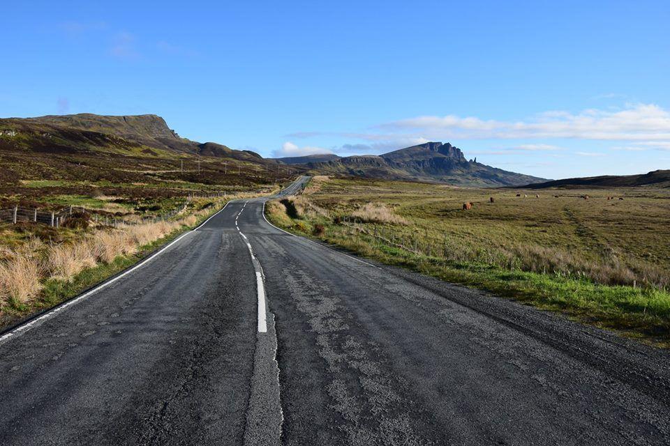 La chaîne de granit du Storr défile à gauche de la route