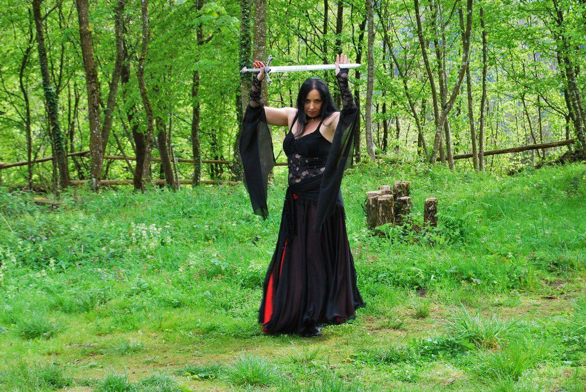 Lady Morgane danse au son d'une musique médiévale ...