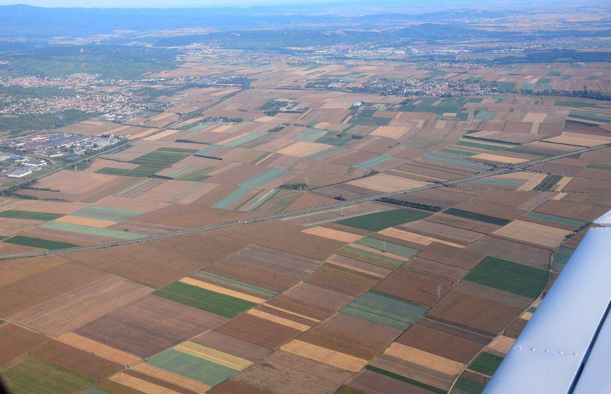 L'A 35 passe au milieu des champs. On reconnaît aussi l'usine Kronenbourg à gauche