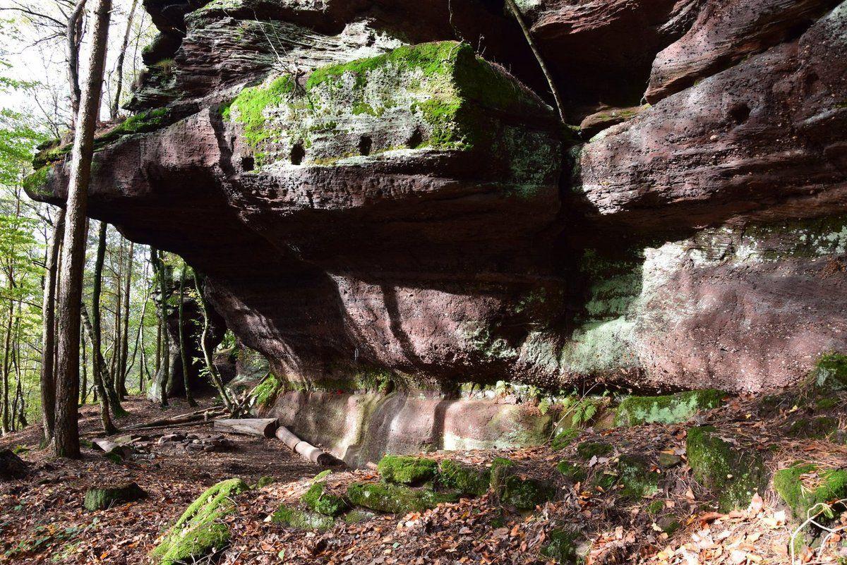 Ce rocher au Brudersberg porte les traces d'aménagement d'un logis. Il parait qu'un frère-ermite  a vécu ici