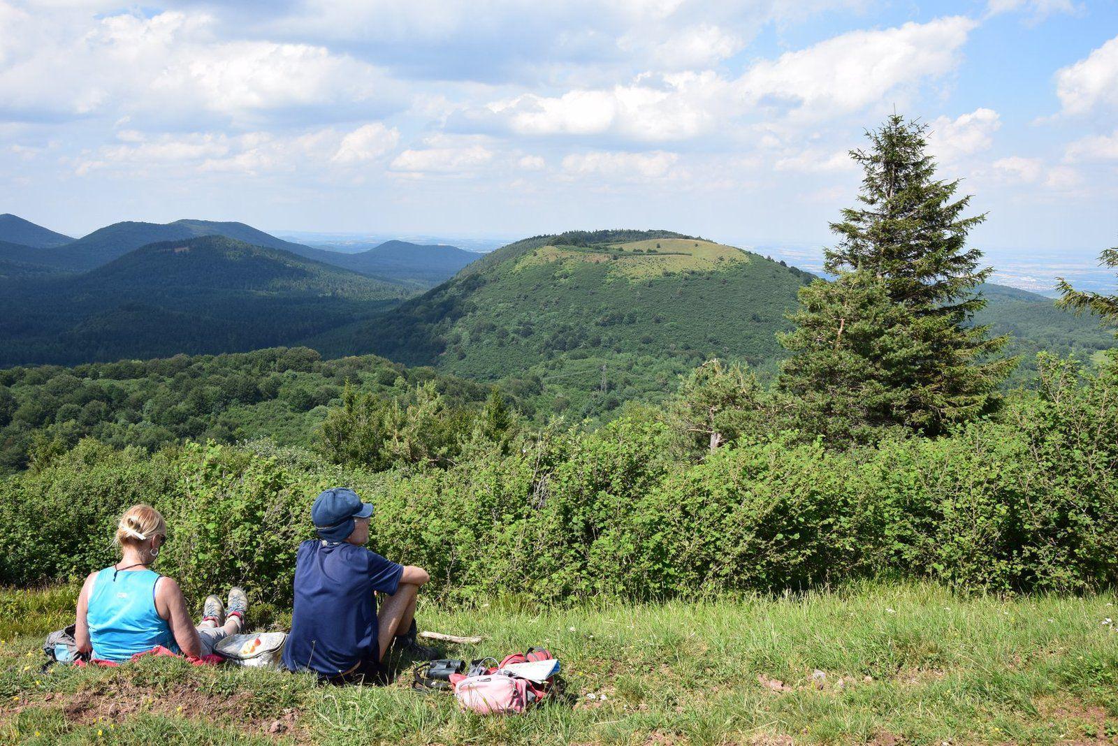 Pause pic-nique pour ces randonneurs avec une vue sur le Puy des Goules