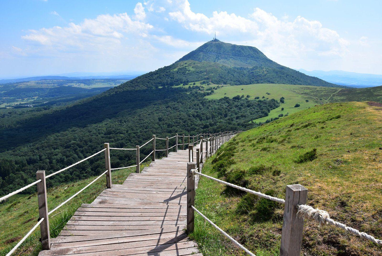 On peut redescendre par l'autre flanc du Pariou par cet escalier en bois