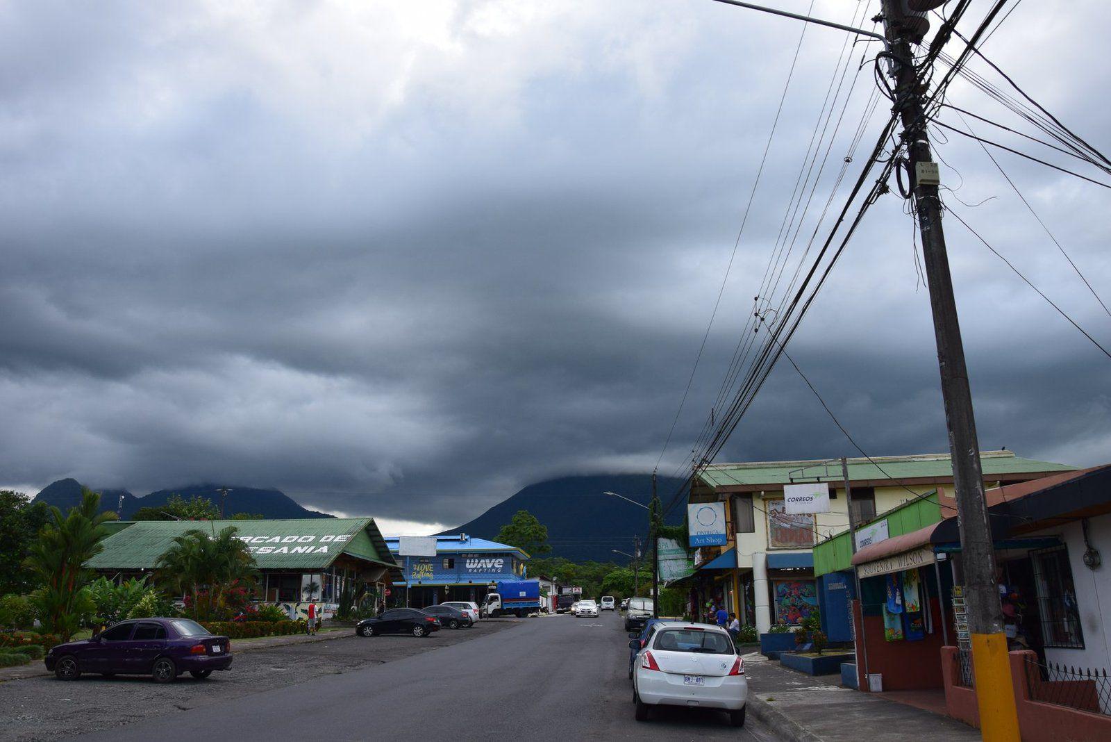 La ville de La Fortuna au pied du volcan qui somnole ...