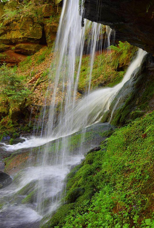Derrière la cascade