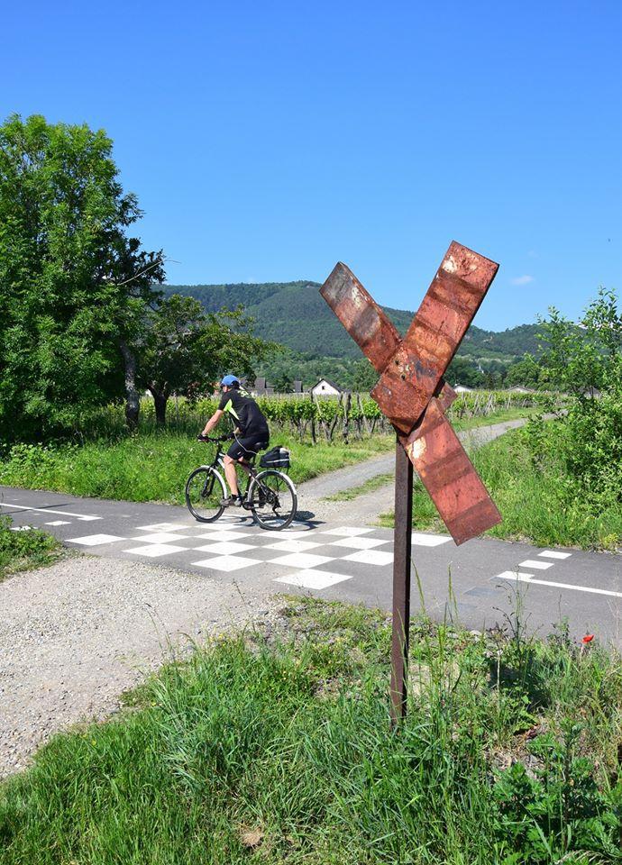 Un ancien passage à niveau : un cycliste peut en cacher un autre !