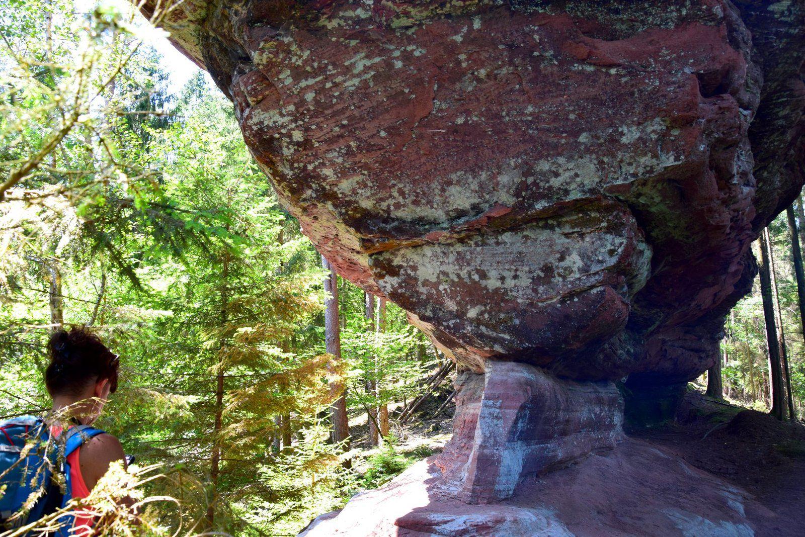 Un rocher sans nom, de forme typique des Vosges du Nord, situé au bout d'une crête