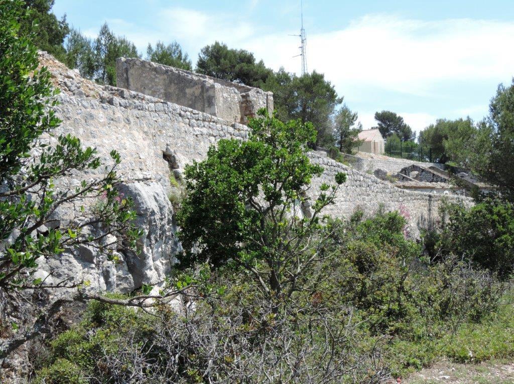 2018-05-24 Le Gros Cerveau avec son fort et la grotte du Garou.