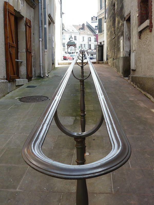 la rampe utile au passant dans ces ruelles en pente