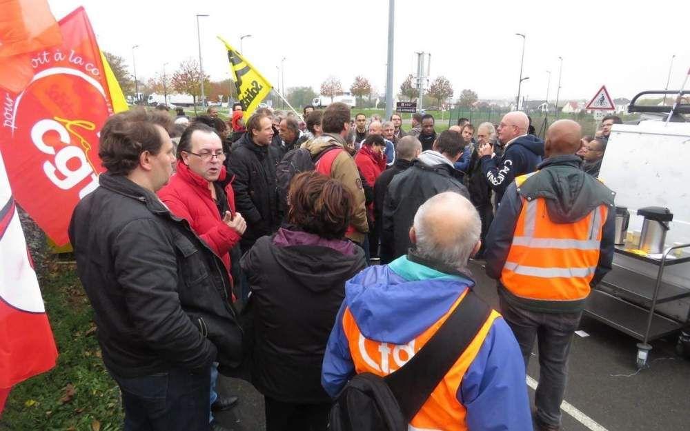 WISSOUS, 15 NOVEMBRE 2016. Les grévistes de la plate-forme de tri de Wissous réclament plus de moyens humains. (LP/L.D.)