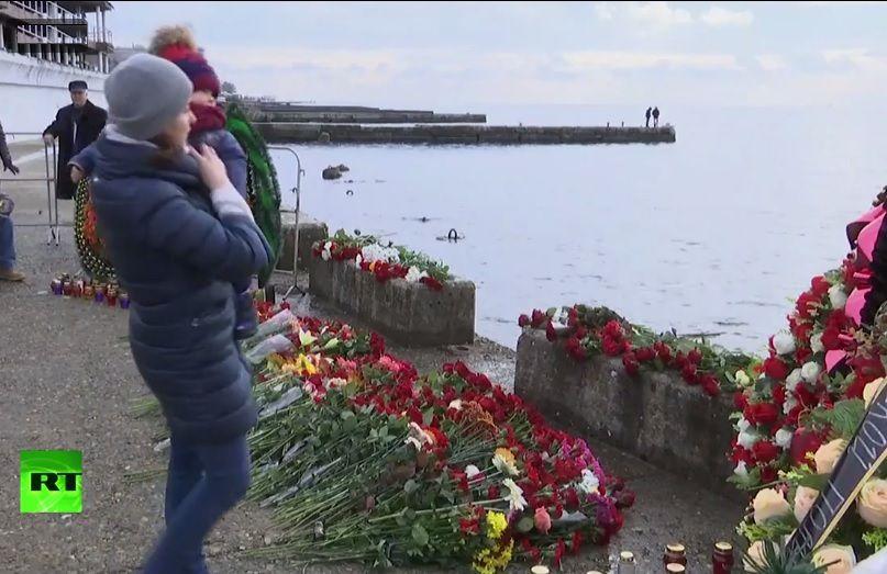 A Sotchi, des gens déposent des fleurs sur la rive en mémoire des victimes du TU-154