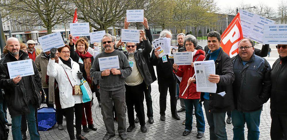 Ces militants veulent croire qu'une candidature unique entre Hamon et Mélenchon est encore possible. © Le Télégramme