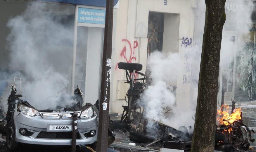 """Boulevard de l'Hôpital à Paris le 1er mai 2018 après le passage des """"casseurs"""", sur le mur, l'emblème communiste, peint à la hâte, comme pour entretenir la confusion ... (photo : el diablo)"""